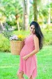 Счастливый пикник беременной женщины в парке Стоковая Фотография