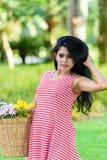 Счастливый пикник беременной женщины в парке Стоковое фото RF