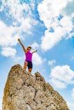 Счастливый победитель бегуна следа достигая женщину успеха цели жизни Стоковые Изображения