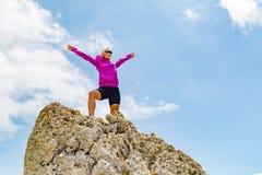 Счастливый победитель бегуна следа достигая женщину успеха цели жизни Стоковое Изображение