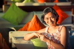 Счастливый пожененный азиатский усмехаться женщины стоковое фото rf