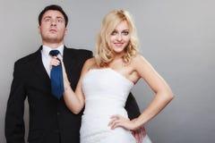Счастливый пожененный groom невесты пар на серой предпосылке Стоковые Фото