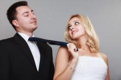 Счастливый пожененный groom невесты пар на серой предпосылке Стоковое Изображение