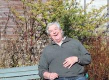 Счастливый пожилой смеяться над человека. Стоковые Изображения RF
