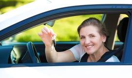 Счастливый показ женщины рубит новые ключи автомобиля Стоковая Фотография