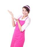 Счастливый показ домохозяйки молодой женщины стоковые изображения rf