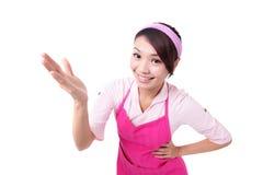 Счастливый показ домохозяйки молодой женщины стоковые фото