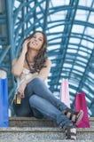 Счастливый покупатель на телефоне Стоковые Изображения