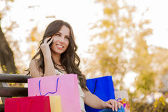 Счастливый покупатель на телефоне Стоковые Фото