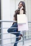 Счастливый покупатель на телефоне Стоковая Фотография