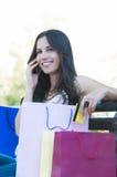 Счастливый покупатель на телефоне стоковые изображения rf