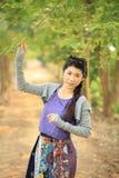 Счастливый портрет девушки в саде Стоковое фото RF