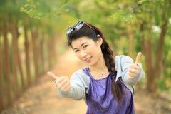 Счастливый портрет девушки в саде Стоковая Фотография RF