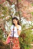 Счастливый портрет девушки в саде Стоковые Изображения
