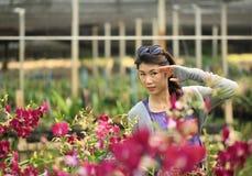 Счастливый портрет девушки в саде Стоковые Фотографии RF