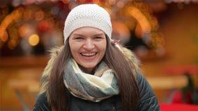 Счастливый портрет женщины Outdoors на солнечный зимний день, девушка смеясь над и смотря камерой, рождеством справедливым дальше видеоматериал