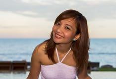 Счастливый портрет женщин на предпосылке взгляда моря Стоковая Фотография RF