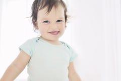 Счастливый портрет маленькой девочки на белой предпосылке Стоковая Фотография