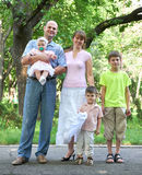 Счастливый портрет на внешнем, группа в составе семьи 5 людей представляя в городе паркует, сезон лета, ребенок и родитель Стоковое Изображение RF