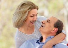 Счастливый постаретые человек и женщина обнимая один другого Стоковые Фотографии RF