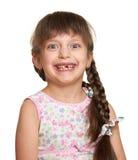 Счастливый потерянный портрет девушки зуба, всход студии на белой предпосылке Стоковое фото RF