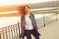 Счастливый полный идти женщины стоковая фотография rf