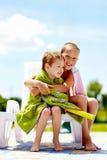 Счастливый подогрев детей в полотенцах после плавать Стоковое Изображение