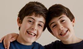 Счастливый подросток с расчалками Стоковое Изображение