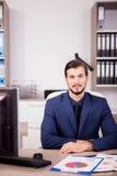 Счастливый предприниматель в деловом костюме на его месте работы Стоковые Фото