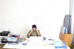 Счастливый привлекательный бизнесмен битника работая с офисом компьтер-книжки компьютера дома Стоковые Изображения