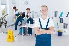 Счастливый профессиональный уборщик стоковое изображение