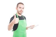 Счастливый продавец при таблетка показывая как знак Стоковое Фото