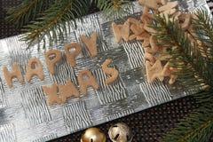 Счастливый пряник xmas на серебряной плите Стоковые Изображения RF
