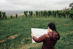 Счастливый путешественник девушки на каникулах с картой ориентир ориентиров Стоковые Фотографии RF