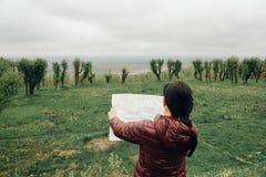 Счастливый путешественник девушки на каникулах с картой ориентир ориентиров Стоковые Изображения RF
