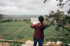 Счастливый путешественник девушки на каникулах с картой ориентир ориентиров Стоковое фото RF