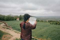 Счастливый путешественник девушки на каникулах с картой ориентир ориентиров Стоковая Фотография RF