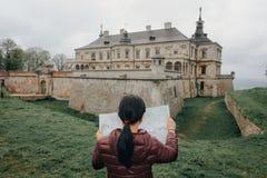 Счастливый путешественник девушки на каникулах с картой ориентир ориентиров Стоковые Фото