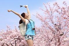 Счастливый путешественник женщины принимает фото Стоковые Фотографии RF