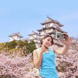 Счастливый путешественник женщины принимает фото стоковые фото