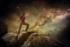 Счастливый путешественник женщины стоя na górze горы и наслаждаться Стоковые Фотографии RF