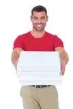 Счастливый работник доставляющий покупки на дом давая коробки пиццы Стоковое Изображение RF