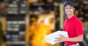 Счастливый работник доставляющий покупки на дом держа коробки пиццы Стоковое фото RF