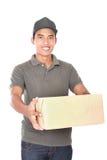 Счастливый работник доставляющий покупки на дом Стоковые Фото