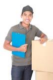 Счастливый работник доставляющий покупки на дом Стоковая Фотография RF