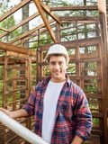 Счастливый рабочий-строитель держа светокопию на Стоковая Фотография