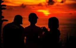 Счастливый рассказ на заходе солнца стоковые изображения