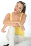 Счастливый расслабленный портрет уверенно молодой женщины Стоковые Фотографии RF