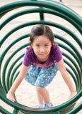 Счастливый ребенк, азиатский ребенок младенца играя на спортивной площадке Стоковая Фотография
