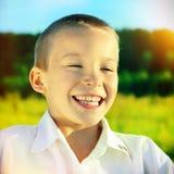 Счастливый ребенк внешний стоковое изображение rf